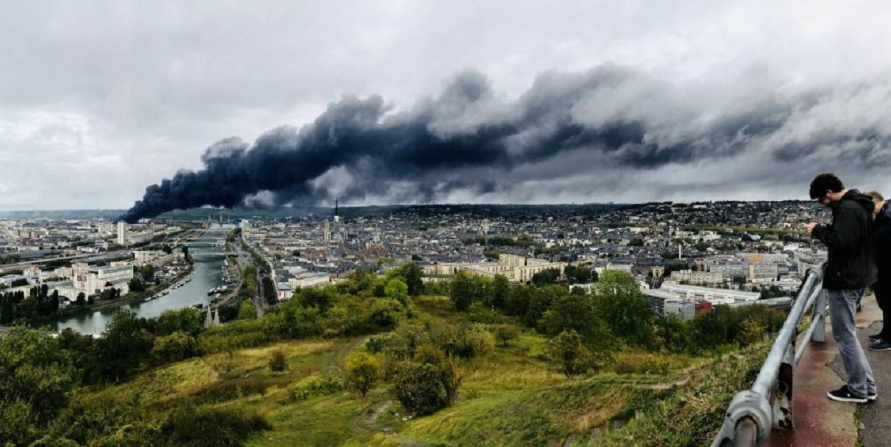 Soot from the Lubrizol factory near Rouen has spread over several Departments in northern France, contamnating agricultral land, the water table, presenting a disastruous scenario for farmers and consumers.  Photo Fred Durand/Paris-Normandie